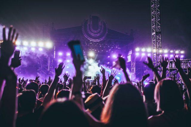 Konsert med tusenvis av mennesker