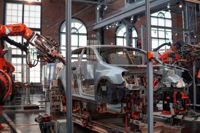 Produksjonsutstyr lager en bil raskt uten mennesker